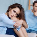Kumppanille puhumisen sijaan parisuhdemarttyyri keskustelee suhteen ongelmista kaikkien muiden kuin puolison kanssa.