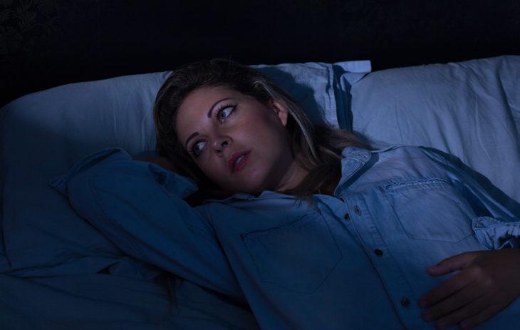 Jos stressi herättää yöllä eikä unen päästä saa uudestaan kiinni, sänkyyn ei kannata jäädä pyörimään pitkäksi aikaa.