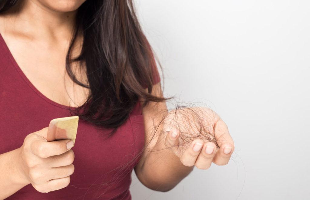 Hiuksia lähtee iso määrä. Mistä hiustenlähtö johtuu ja pitääkö siitä huolestua?