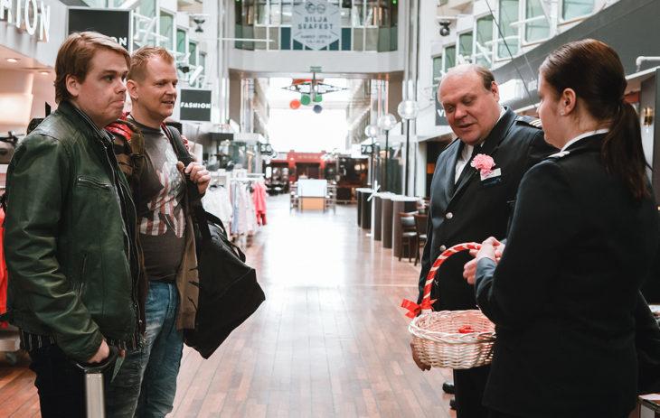 Antti Luusuaniemen näyttelemä Kaide saapuu M/S Romantic -risteilylle yhdessä työkaverinsa Empun (Antti Tuomas Heikkinen) kanssa.