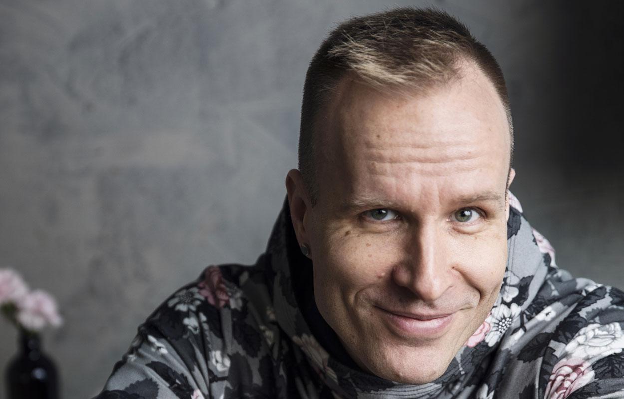 Mikko Kekäläinen ei pääse pätemään perinteisissä miesten hommissa. Mutta ompelukoneen ääressä hän on elementissään.