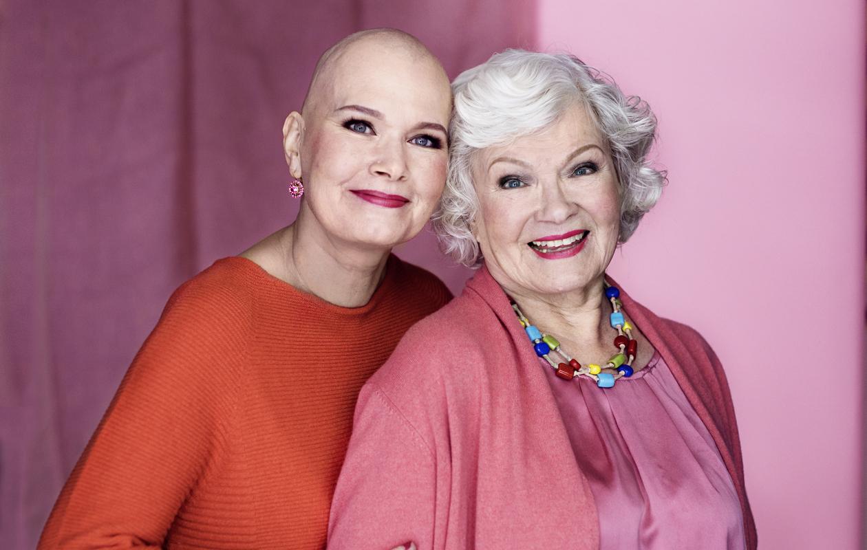 – Olen elänyt yli 50 vuotta hyvää ja onnellista elämää. Olisin valmis lähtemään, vaikka perheen takia en sitä toivokaan, rintasyöpään sairastunut Elina Sauri sanoo äitinsä Vieno Kekkonen vieressään.