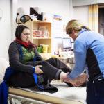 Ympärivuorokautinen lääkäripäivystys Ivalossa auttoi myös huskyvaljakkoon törmännyttä Giulia Eteriä. Lääkäri Outi Liisanantti (oik.) tutkii vammoja, sairaanhoitaja Liisa Kaivosoja auttaa. He tekevät työtä yövuorossa noin kerran viikossa.