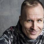 Mikko Kekäläinen kertoo, ettei hän pääse pätemään perinteisissä miestenhommissa, mutta verhojen ompelu onnistuu hyvin.