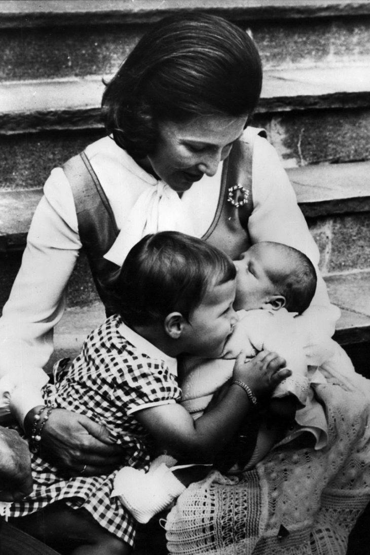 2-vuotias prinsessa veljensä ja äitinsä kanssa elokuussa 1973.