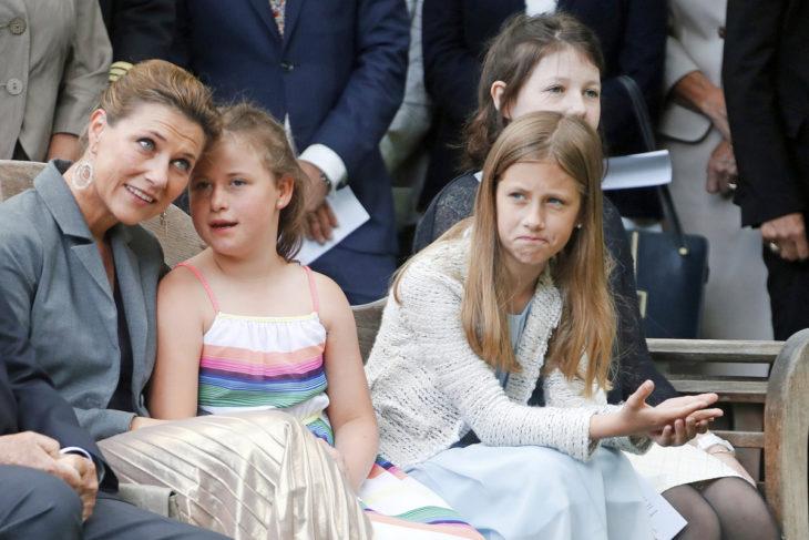 Kuningatar Sonjan 80-vuotispäiviä juhlittiin toissakesänä. Märtha Louisen vieressä Emma ja Leah, takana esikoinen Maud.
