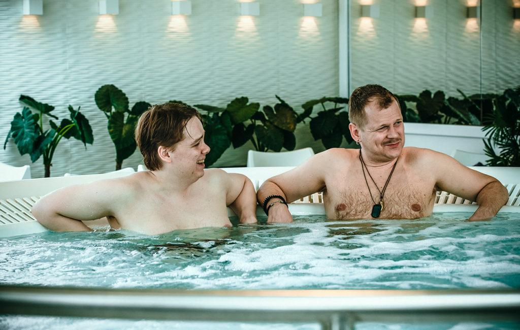 M/S Romantic-sarjassa Emppu (Antti Tuomas Heikkinen) saa Kaidelta (Antti Luusuaniemi) monta risteilyvinkkiä.