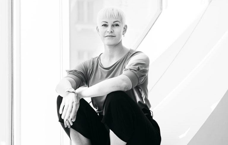 Muutama vuosi sitten minulla oli ruotsalainen rakastaja, jonka mielestä olin seksikäs vaikka puvunhousut jalassani ja kauluspaita päälläni. Hän oli mies, joka rakasti vahvaa naista minussa eikä sitä hepsankeikkaa, josta luulin miesten pitävän, Jenni Janakka sanoo.