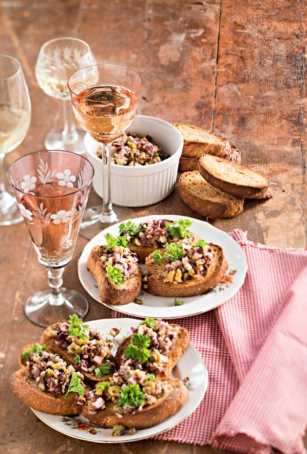 paahdettua maalaisleipää ja oliivitahnaa