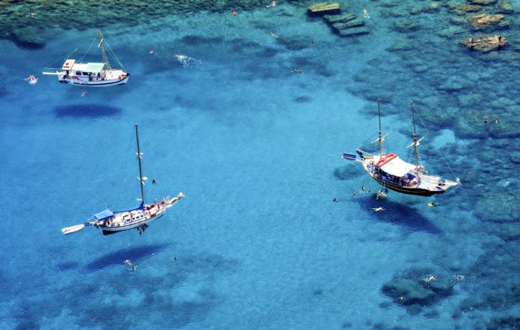 Kreikan parhaat kohteet pitävät sisällään uskomattoman upeita merimaisemia. Ródos on suosittu purjehduskohde, jonka kauniisiin poukamiin voi ankkuroitua nauttimaan auringosta.