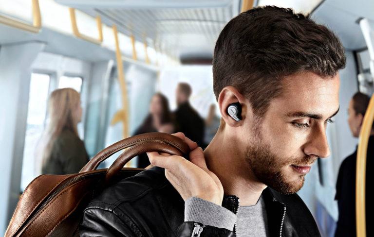 Langatonta tekniikkaa korviin ja hyvin kuuluu! Kuvassa Jabran johdottomat kuulokkeet.