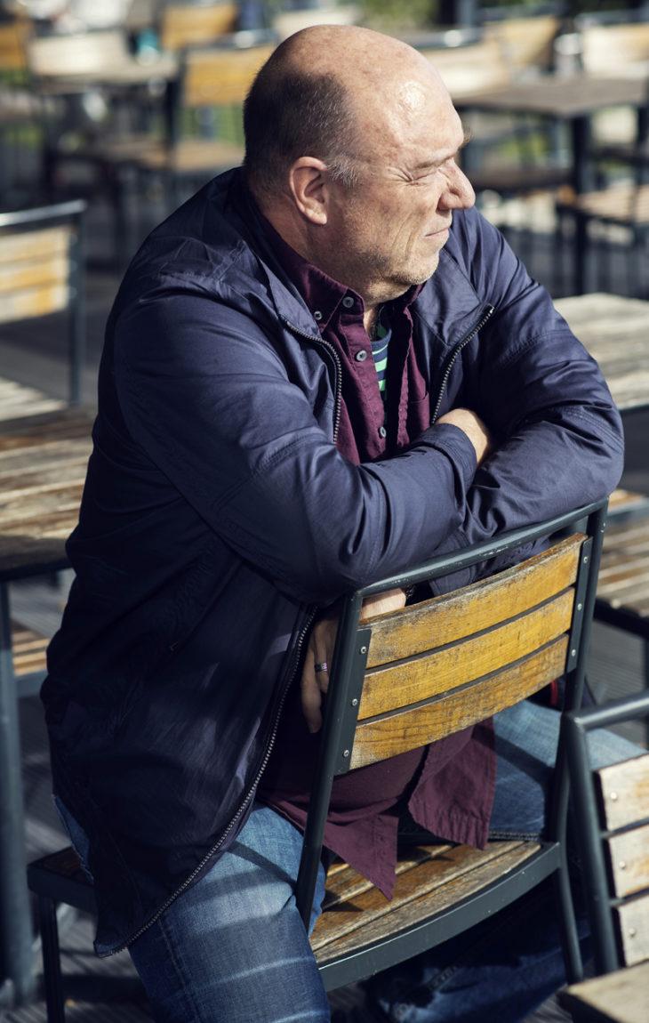 – Isäni oli melko ankara ja kontrolloiva. Olen yrittänyt olla omille lapsilleni paljon pehmeämpi ja ymmärtäväisempi kuin hän, sanoo Pertti Sveholm.