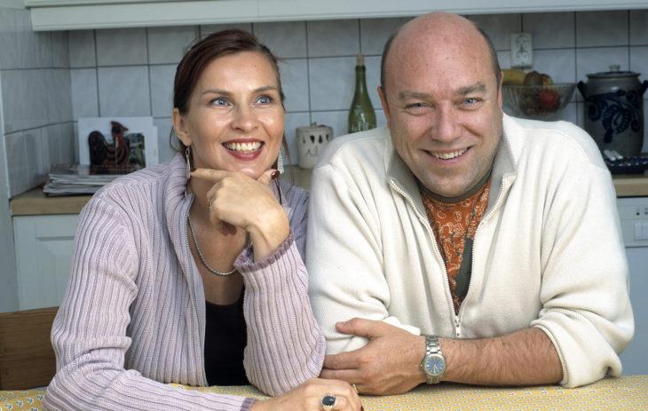 Näyttelijä Sari Havas on Pertti Sveholmin ex-vaimo ja Akselin ja Astan äiti, Annassa 2003.