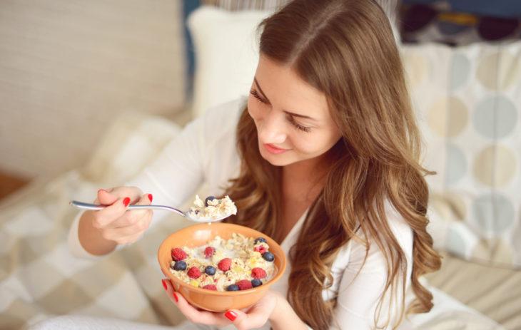 Suomalaisista 70 prosenttia syö liian vähän kuituja. Vain yksi nainen viidestä syö päivittäin suositellut puoli kiloa kasviksia, hedelmiä ja marjoja.