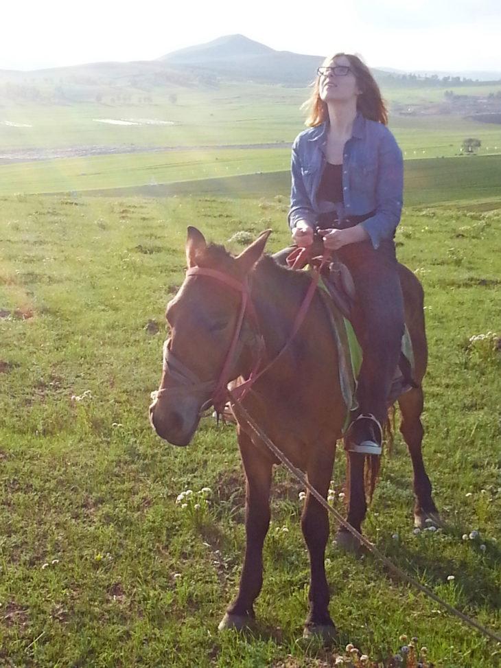 Kiinassa Emma Kantanen oli nainen pelialalla, mutta koska hän asui Pekingissä, pääsi hän myös Sisä-Mongolian arojen rauhaan.