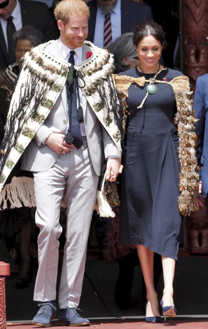 Kuninkaalliset ovat itsekin näyttelijöitä, sanoo brittiläinen kuninkaallisasiantuntija. Uudessa-Seelannissa he saivat ylleen myös roolivaatteet.