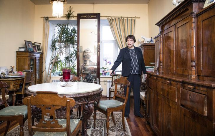 Marita Koskinen: Marita Koskisen kotona on aviomiehen kunnostamaa antiikkia.