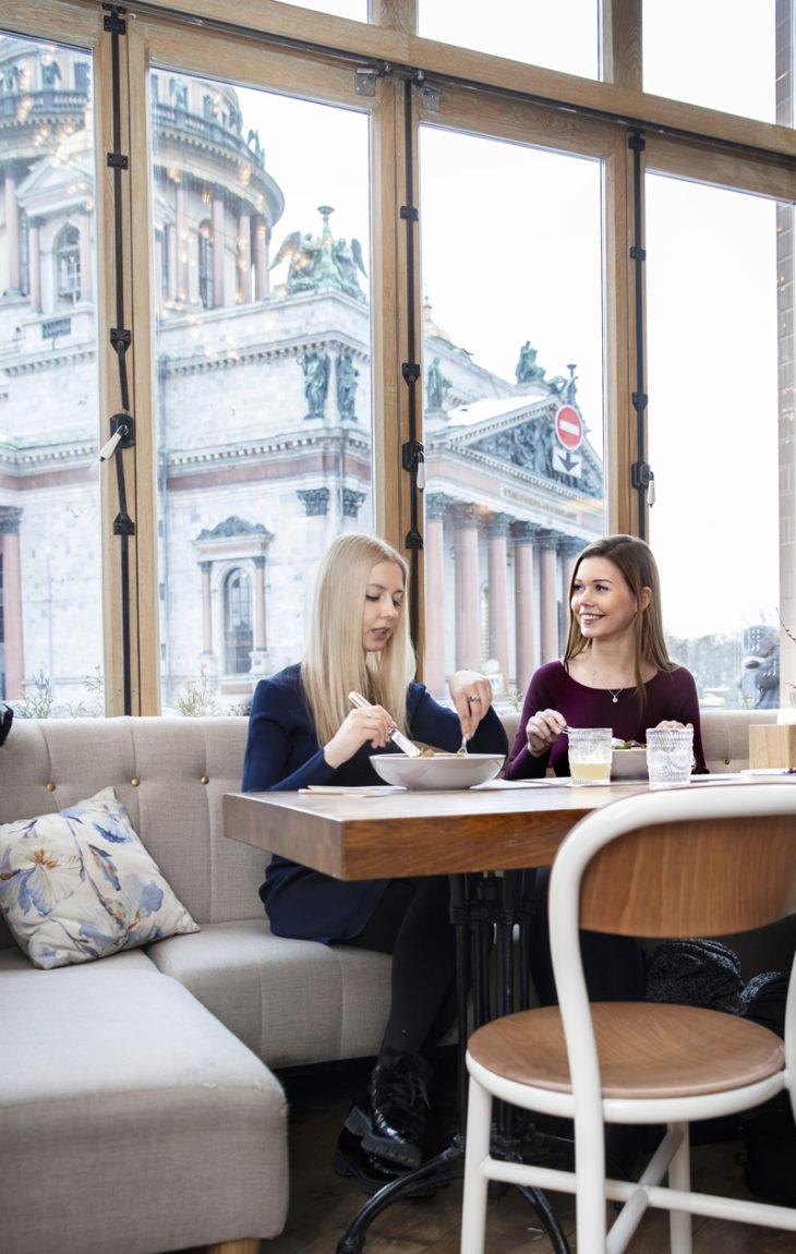 Anna ja hänen ystävänsä Sofia Mescheryakova harrastavat kauniita kahviloita. Schastyesta on näkymä Iisakinkirkolle.