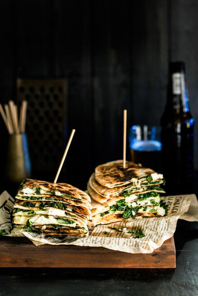 Quesadilloihin voi iskeä juuri mieleisensä täytteet tai jääkaapin eripariset tähteet. Pääasia on, että tämä vegemättö on juustoista.