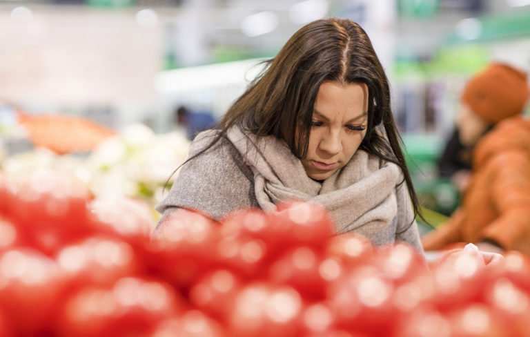 Köyhyysrajalla eläminen: Emma Nissinen pyrkii ostamaan kerralla riittävästi ruokaa niin, että täydennyksiä ei tarvitsisi paljon hakea. Se on kuitenkin vaikeaa, kun perheessä on kuusi kasvavaa lasta.