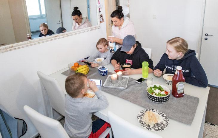 Köyhyysrajalla eläminen: Lapsille maistuu äidin tekemä kanakastike. Pöydän ääressä Joa, Julius, Jimi ja Sara.