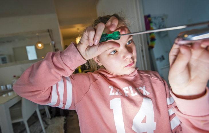 Köyhyysrajalla eläminen: Emman lapset ovat omatoimisia. Saana korjaa huoneensa oven lukkoa.