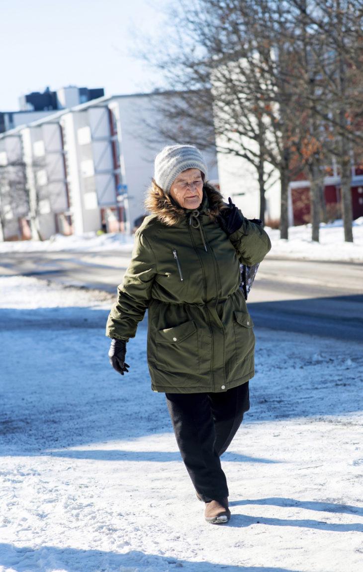 Köyhyysrajalla eläminen: Sisko liikkuu kävellen, julkisilla ja polkupyörällä.