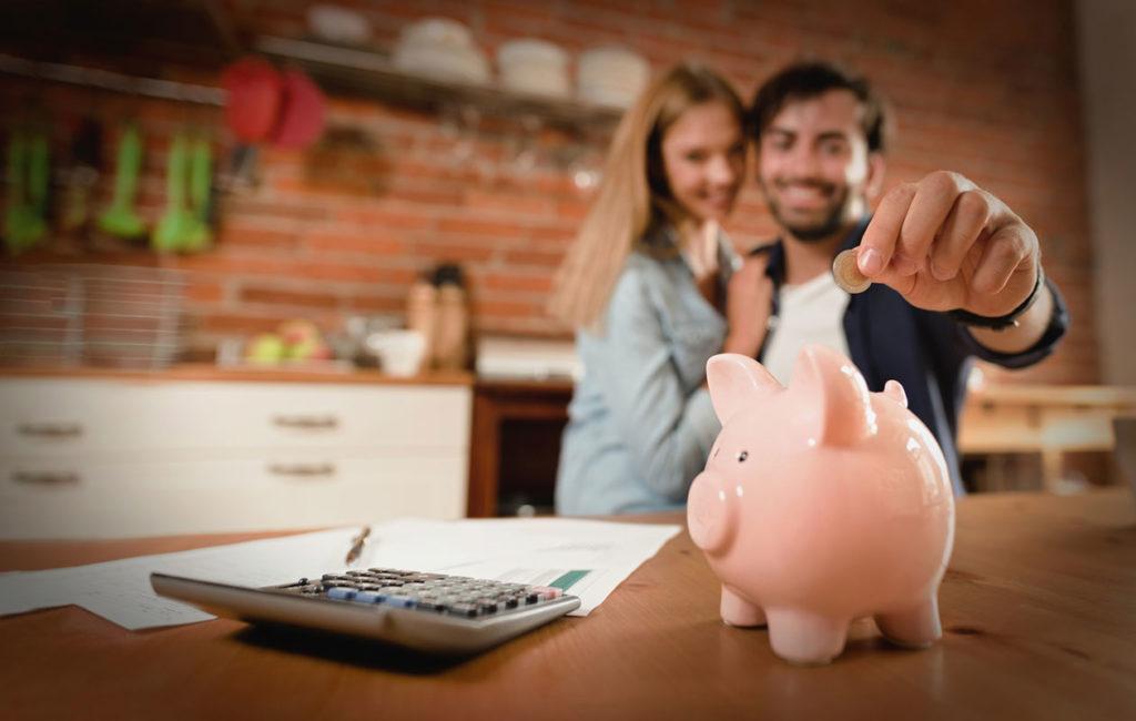 Jotta yhteiset menot menisivät parisuhteessa mahdollisimman tasan, kannattaa rahasta puhua avoimesti.