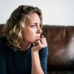 Trauma voi ilmetä muun muassa yksinäisyyden, surun, pelon, epävarmuuden ja erillisyyden kokemuksina.