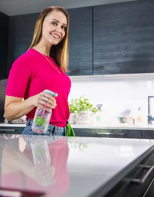 HETI-tuotteilla keittiötä puhdistava nainen