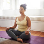 Meditaatio auttaa pysähtymään. Toimittaja, mindfulness- ja joogaohjaaja Sanna Mämmi suositteleekin varaamaan joka päivä sellaista aikaa, jolloin voi rauhoittua vain hengittämään.