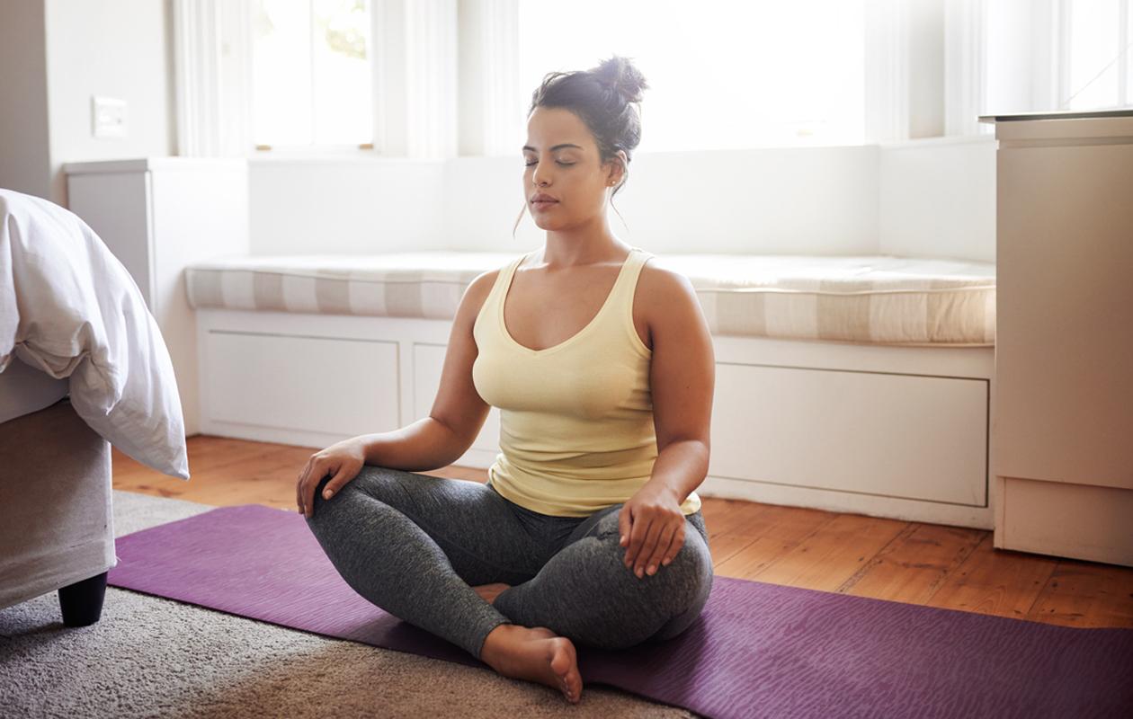 Toimittaja, mindfulness- ja joogaohjaaja Sanna Mämmi suosittelee varaamaan joka päivä sellaista aikaa, jolloin voi rauhoittua vain hengittämään. Meditaatio auttaa pysähtymään.