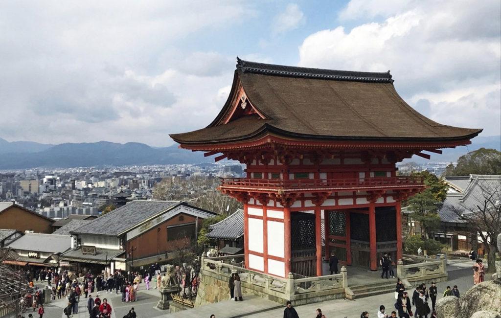 Kioto on tuhansien temppelien kaupunki. Kiyomizu-dera on niistä tunnetuimpia ja isoimpia.