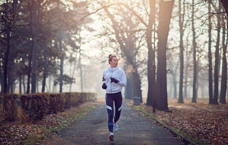 Juoksu: Nainen juoksee.