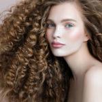 Tavalliset hiustenhoitotuotteet kuivattavat luonnonkiharoita ja tekevät niistä pörröiset. Curly Girl -metodissa kiharoita kosteutetaan runsaasti.