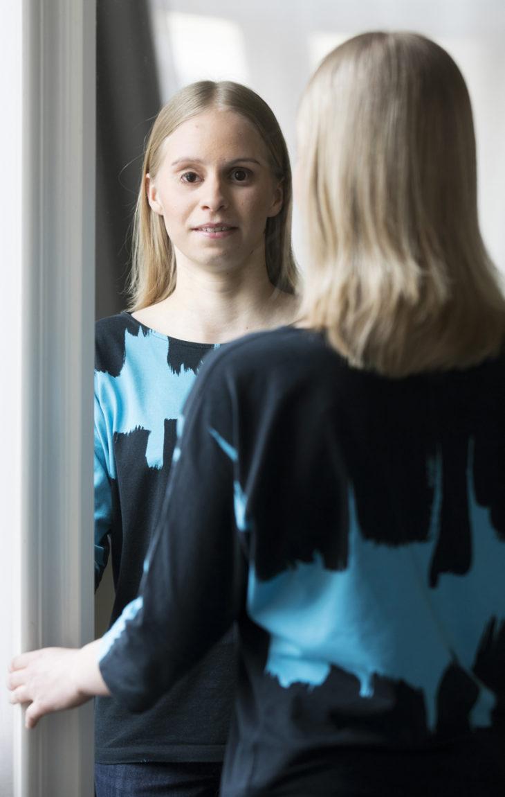 Minja Survonen aikoo pyrkiä yliopistoon lukemaan tietojenkäsittelytieteitä. Sokeudestaan huolimatta hän on aina käynyt näkevien kanssa koulua.