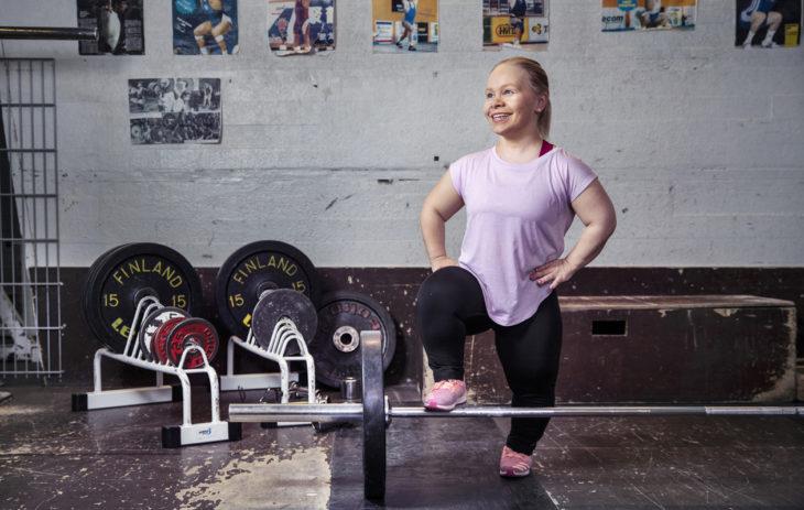 Jenni Kuusela työskentelee Invalidiliiton Harvinaiset-yksikön suunnittelijana. Hänellä on lyhytkasvuisuutta aiheuttava sairaus.