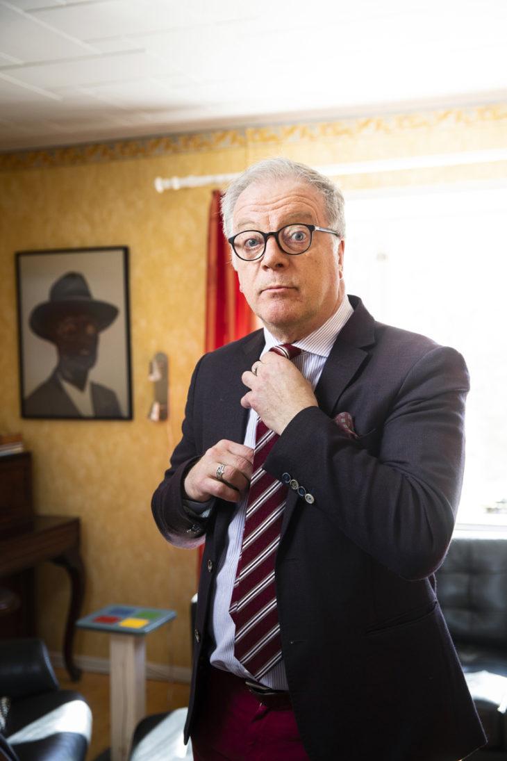 – Kotihommissa olen huoleton, mutta tv-töissä varaudun pahimpaan. Jos kuvittelee, että nyt menee lähetys hyvin, niin silloin vasta vituroilleen meneekin, Matti Rönkä pohtii.