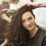 – Curly girl -metodissa ei ole kyse mistään uudesta jutusta – se on perinteinen tapa hoitaa hiuksia. Metodia on käytetty pitkään afrohiuksien hoitamisessa, kertoo kampaaja Jani Lehto.