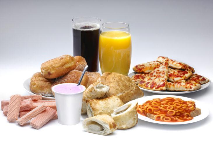 Kuukautisten aikaan ei välttämättä kannata kasata lautasta täyteen prosessoitua ruokaa.
