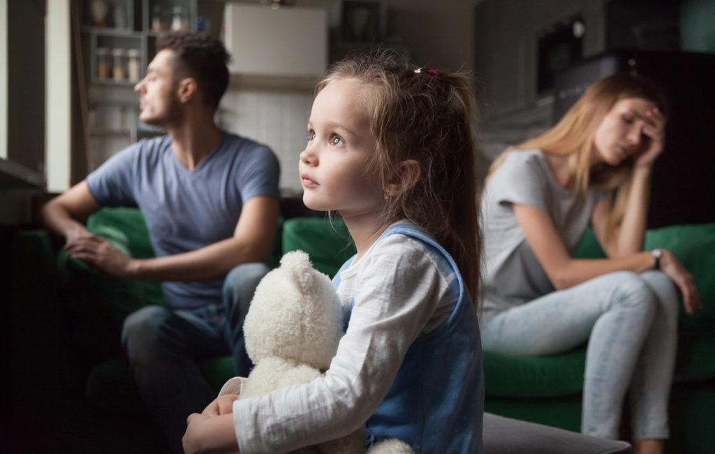 Pienen lapsen saattaa olla vaikea käsittää, miksi toinen vanhemmista ei ole enää läsnä kotona. Tällöin vanhemman tuki on kaikki kaikessa.
