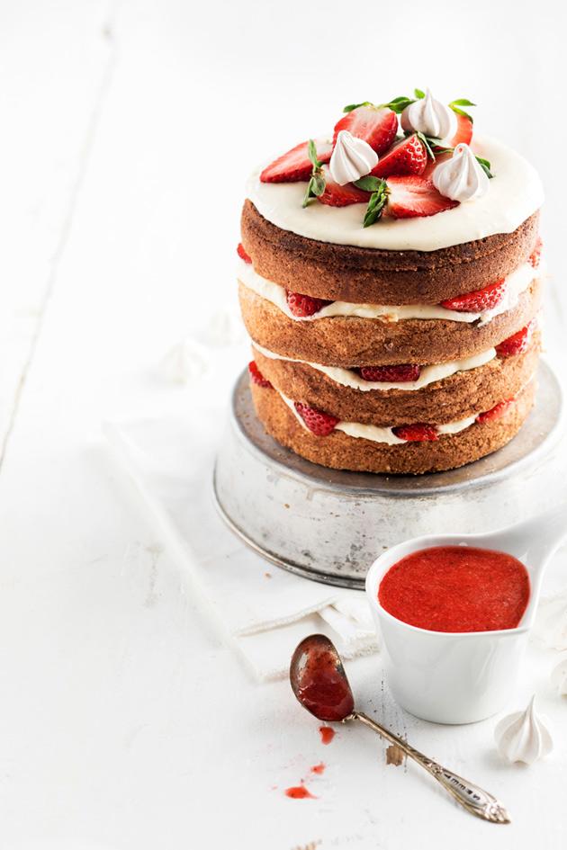 gluteeniton mansikka-juustotäytekakku