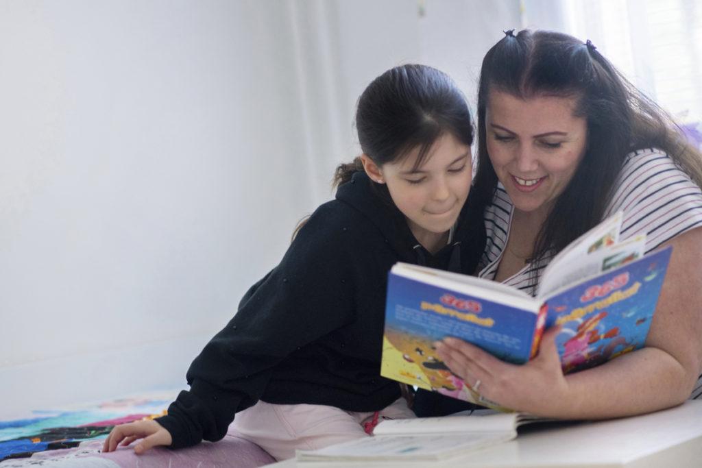 Koulutuksessa on tähdennetty, että maahanmuuttajaäitien pitää puhua lapsilleen omaa äidinkieltään. Elvetie Hoti lukee tyttärelleen Leonitalle joka ilta albaniankielisiä kirjoja, joita he ovat ostaneet kesälomamatkoiltaan Kosovosta.