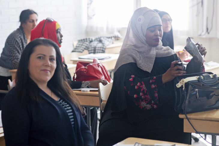 Elvetie (edessä vas.) osallistuu yhä suomen kielen tunteille. Äidit ovat päässeet mukaan koulun arkeen ja juhlaan, moni esimerkiksi elämänsä ensimmäistä kertaa ohjattuun liikuntaan.