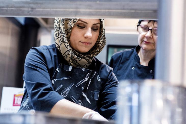 Shielan Hosen Raza pääsi elämänsä ensimmäistä kertaa töihin kodin ulkopuolelle, kun hän aloitti työkokeilun Vantaan Lehtikuusen koulun keittiössä.