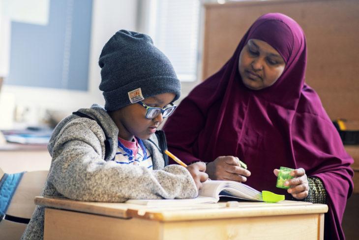 Abdi Khadro Mohamed on työkokeilussa poikansa Abdullahin luokassa ja miettii, lähtisikö opiskelemaan koulunkäynninohjaajaksi.