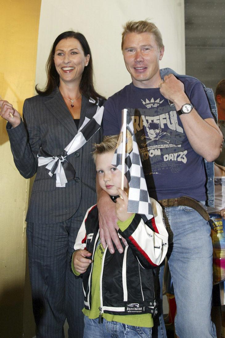 Erja Häkkinen muutti Monacoon tammikuussa 1996. Koska Erja ei löytänyt Monacosta itselleen sopivia töitä, ryhtyi hän Mika Häkkisen assistentiksi. Hugo-poika syntyi vuonna 2000 ja Aina-tytär neljä vuotta myöhemmin.