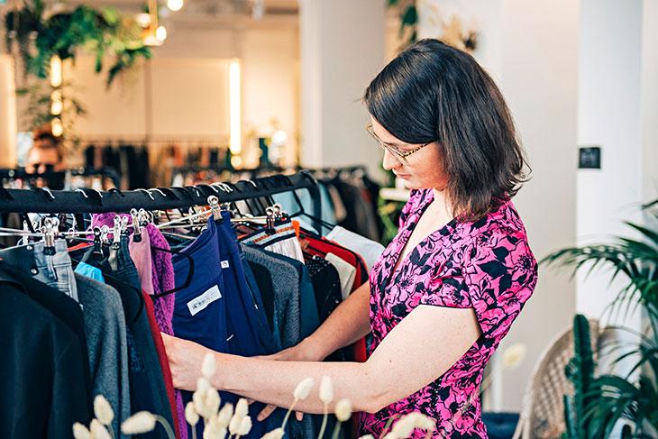 Anna tutkii helsinkiläisen, käytettyjä vaatteita myyvän Relove-liikkeen valikoimaa.
