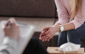 Terapeutilla on ratkaisukeskeisessä terapiassa aktiivinen kyselijän ja keskustelijan rooli. Keskustelemalla hän johdattaa asiakkaan tekemään sellaisia valintoja ja ratkaisuja, jotka toimivat juuri hänelle.