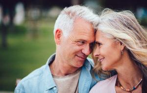 Sekä koskettaminen että silmiin katsominen luovat yhteyttä parin välille.